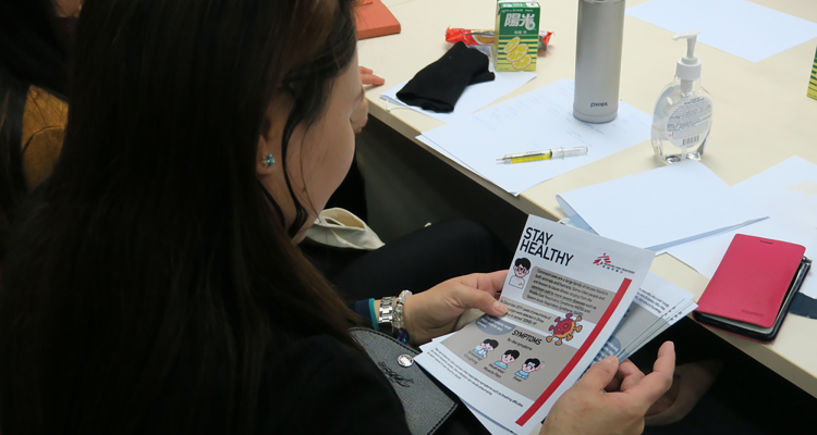 Representatives of foreign domestic helpers receive promotional leaflets from us. They can use these leaflets to spread health promotion messages in their community. © MSF
